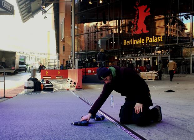 کارگران برای افتتاحیه مشغول کارند. عکس از مجید موثقی