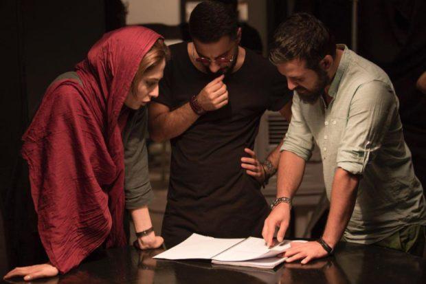 هومن سیدی، کارگردان و نوید محمدزاده و طناز طباطبایی در پشت صحنه فیلم خشم و هیاهو