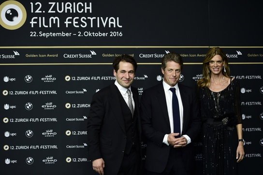 مدیران جشنواره کارل اسپوئری و نادیا شیلدنکت به همراه میهمان ویژه جشنواره هیو گرانت