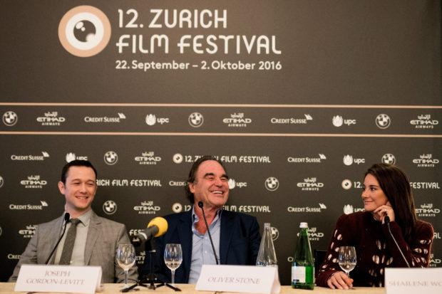 الیوراستون به همراه بازیگران فیلم اسنودن در کنفرانس خبری فیلم جشنواره